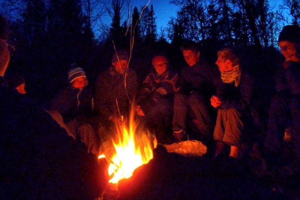 Trekking dans la nature sauvage: feu de camp en Norvège (photo)