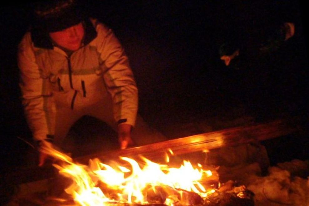 Eventyr snøleir: Tjære treski ved bålet (bilde)