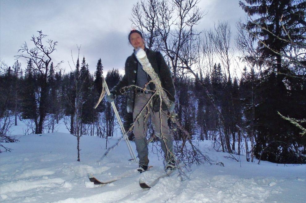 Nordic Winter Wilderness Camp: Winter Survival Activity on Wooden Skis (picture) / Winter Wildnis Camp: Wintersurvival auf traditionellen Holzski (Bild)
