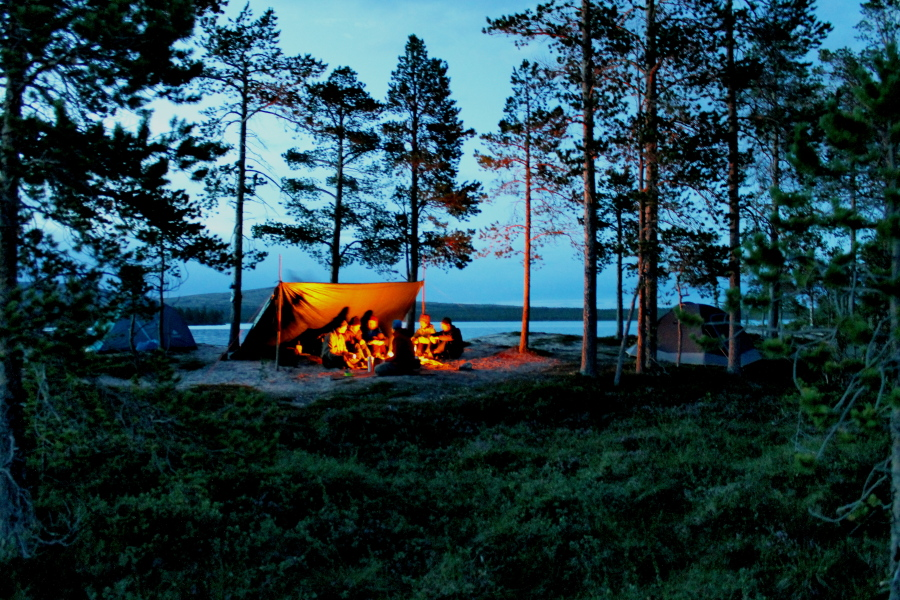 Wilderness course: wilderness living at a campfire (picture)
